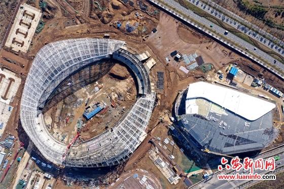 六安这个体育场钢结构罩棚合龙封顶